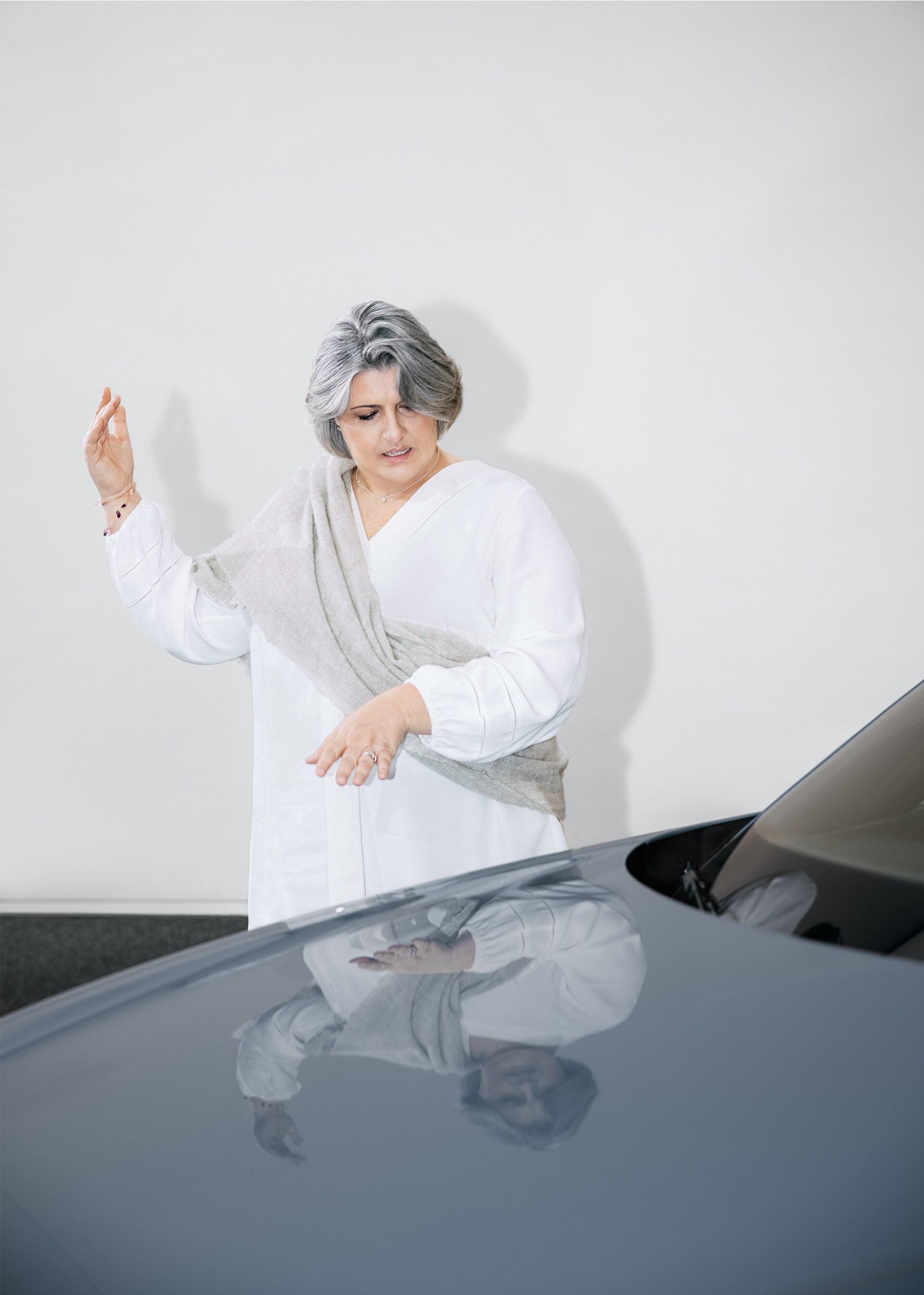 Simona Falcinella stoji pred avtomobilom in razlaga
