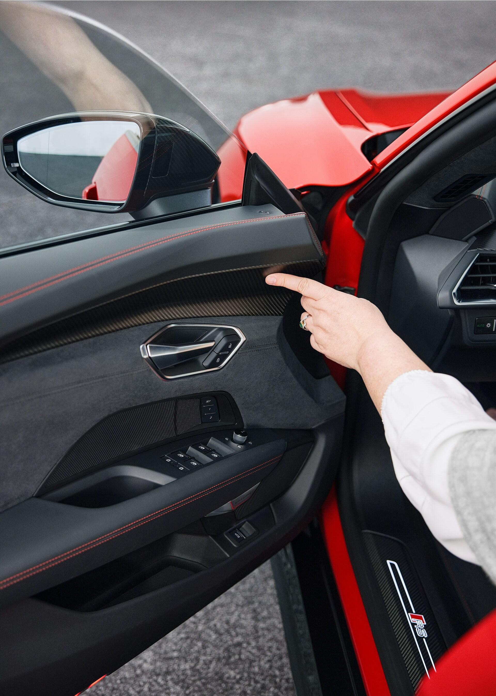 Notranjost modela Audi RS e-tron GT navdušuje z značilnim videzom: od kontrastnih šivov do inovativnih materialov in ekskluzivno oblikovanih površin.