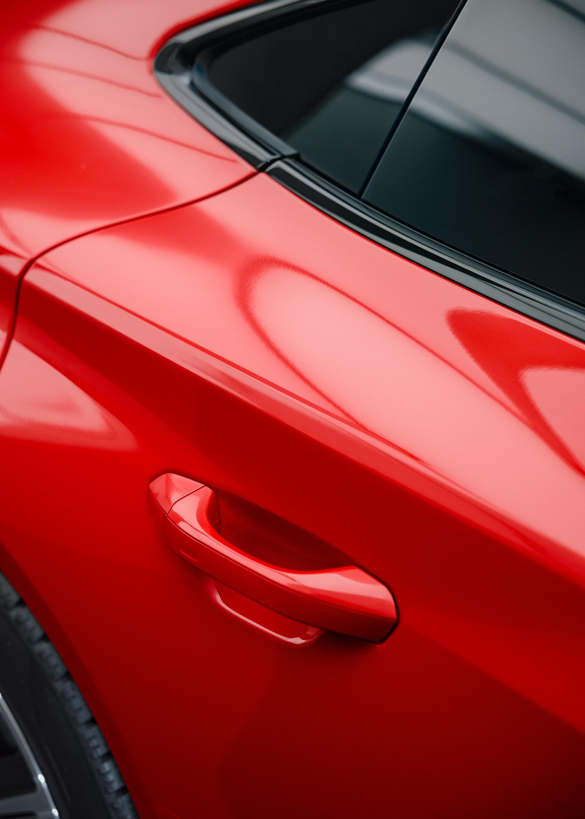Izraz čiste dinamike in čustev: 'tango rdeča' barva poudarja športni značaj vozila Audi RS e-tron GT in dirkalno tradicijo znamke Audi.