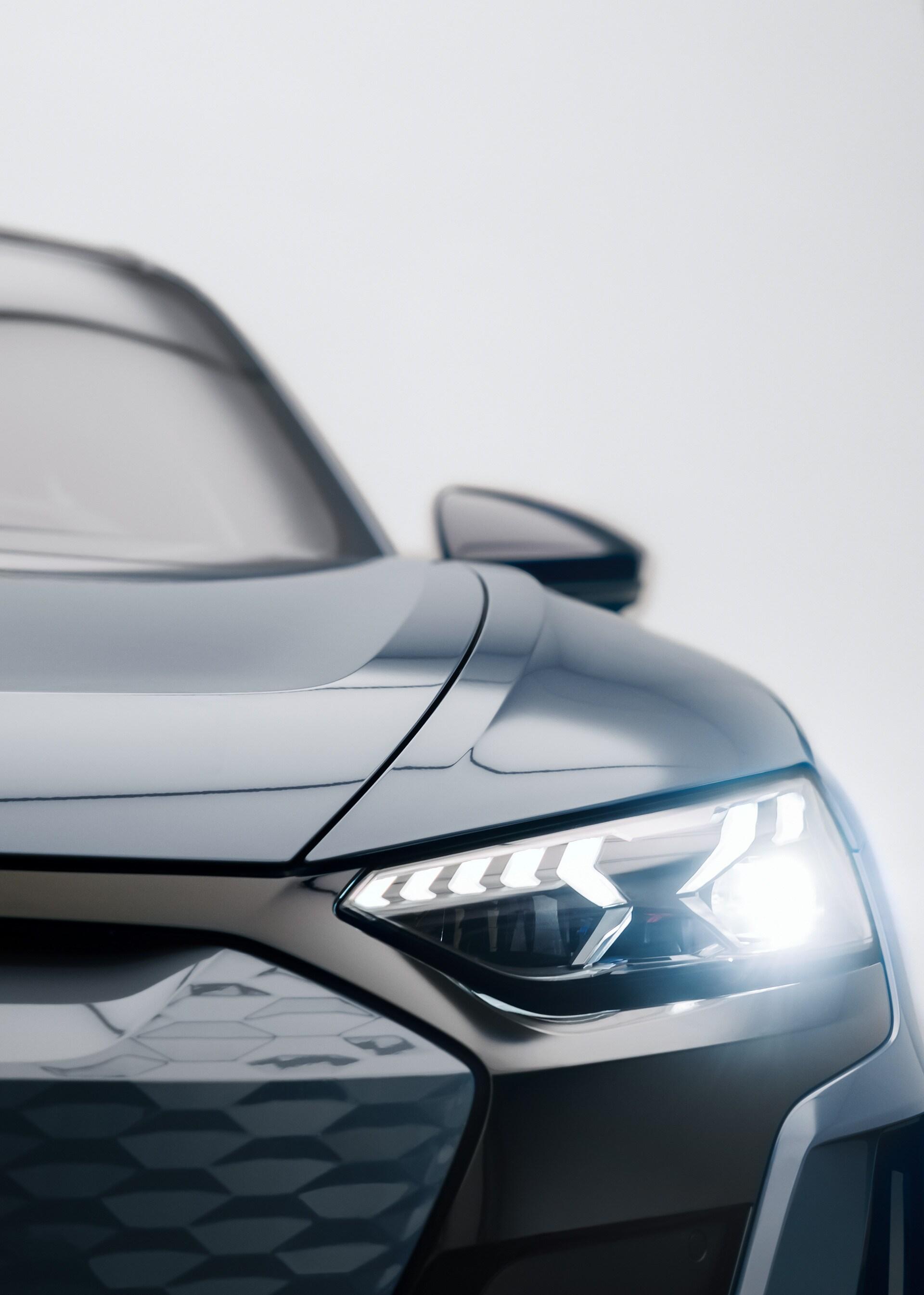Audi RS e-tron v 'kemorsko sivi' odspredaj.