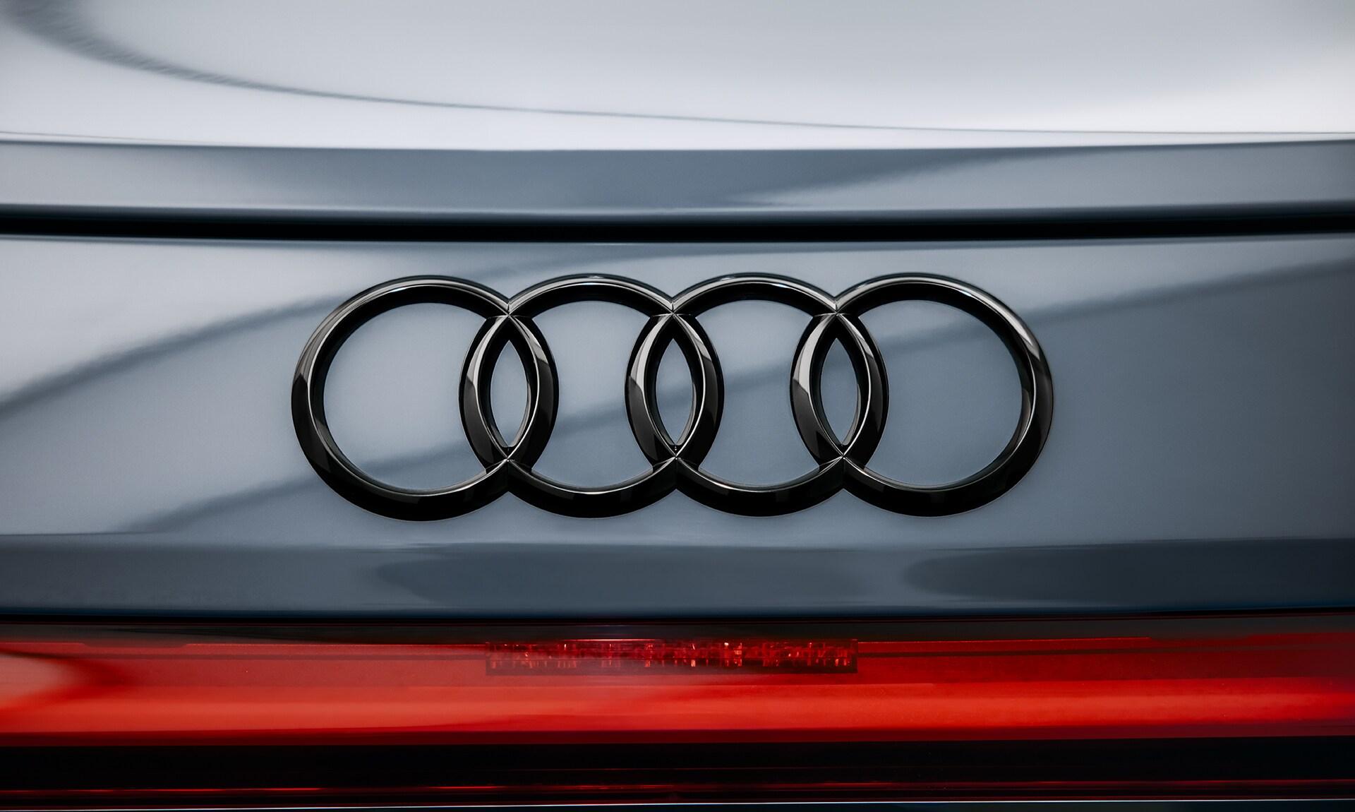 Črni krogi znamke Audi in s tem povezana odsotnost kroma niso le izraz inovacije v slogovnem jeziku, temveč tudi prizadevanja k večji trajnosti. Prvič se pojavijo prav v modelu Audi RS e-tron GT.