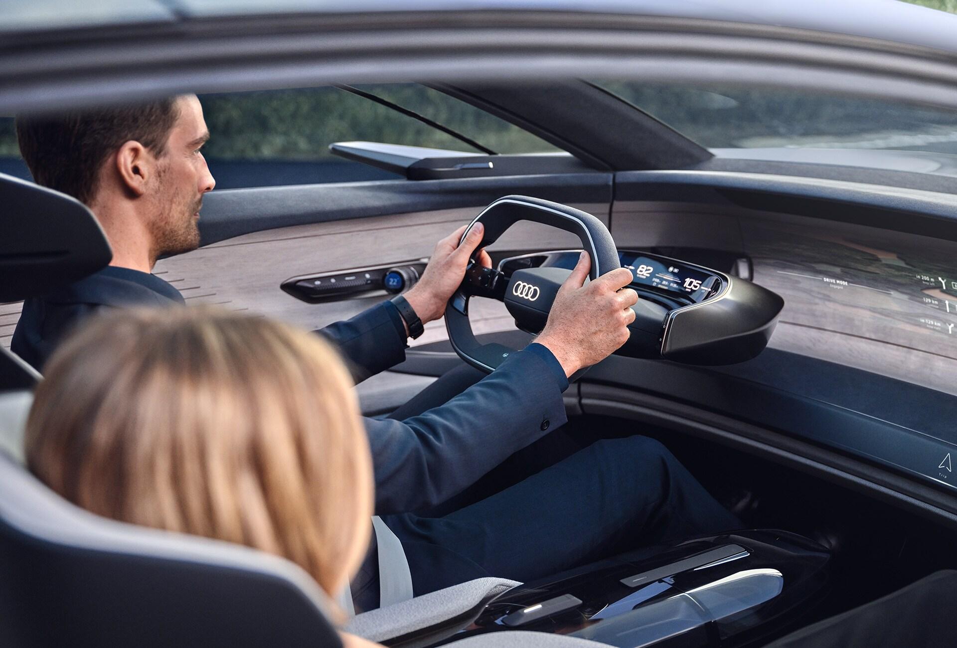 Potniki v konceptnem vozilu Audi grandsphere.