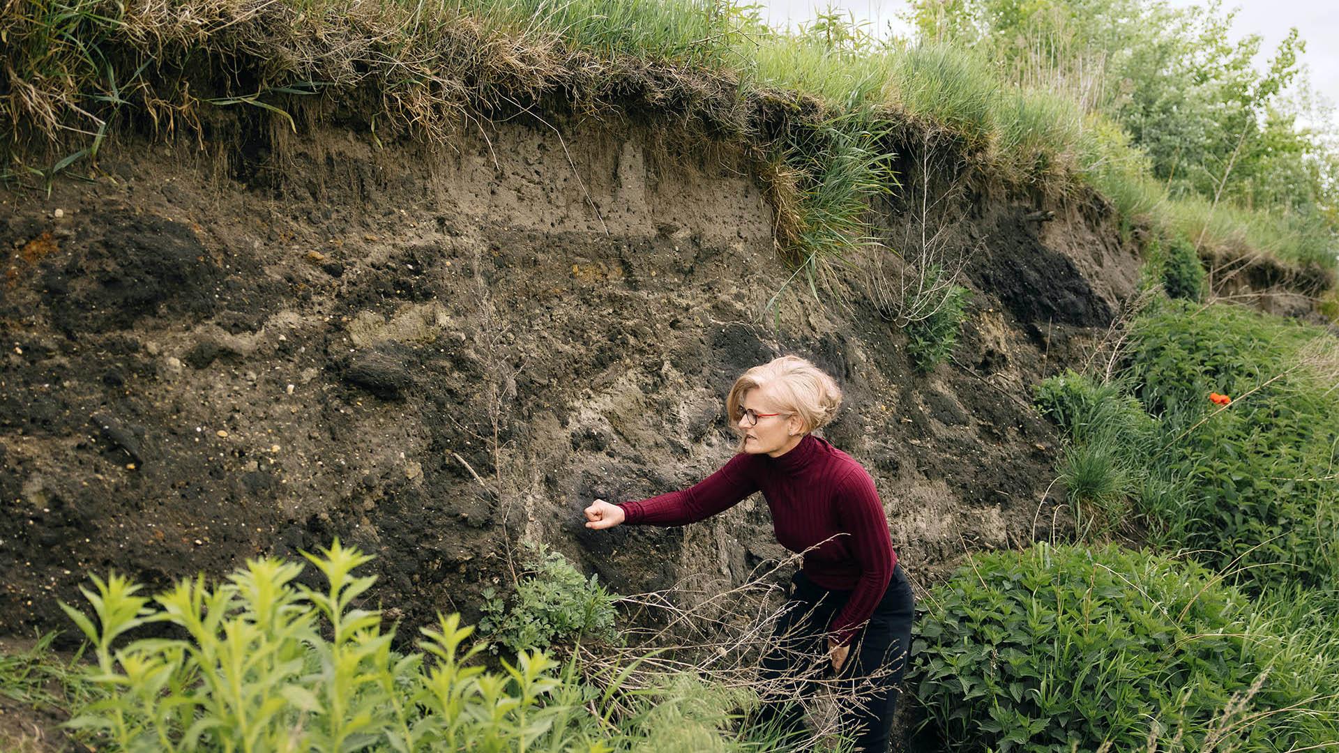 Biologinja Antje Arnold v stiku z naravo.