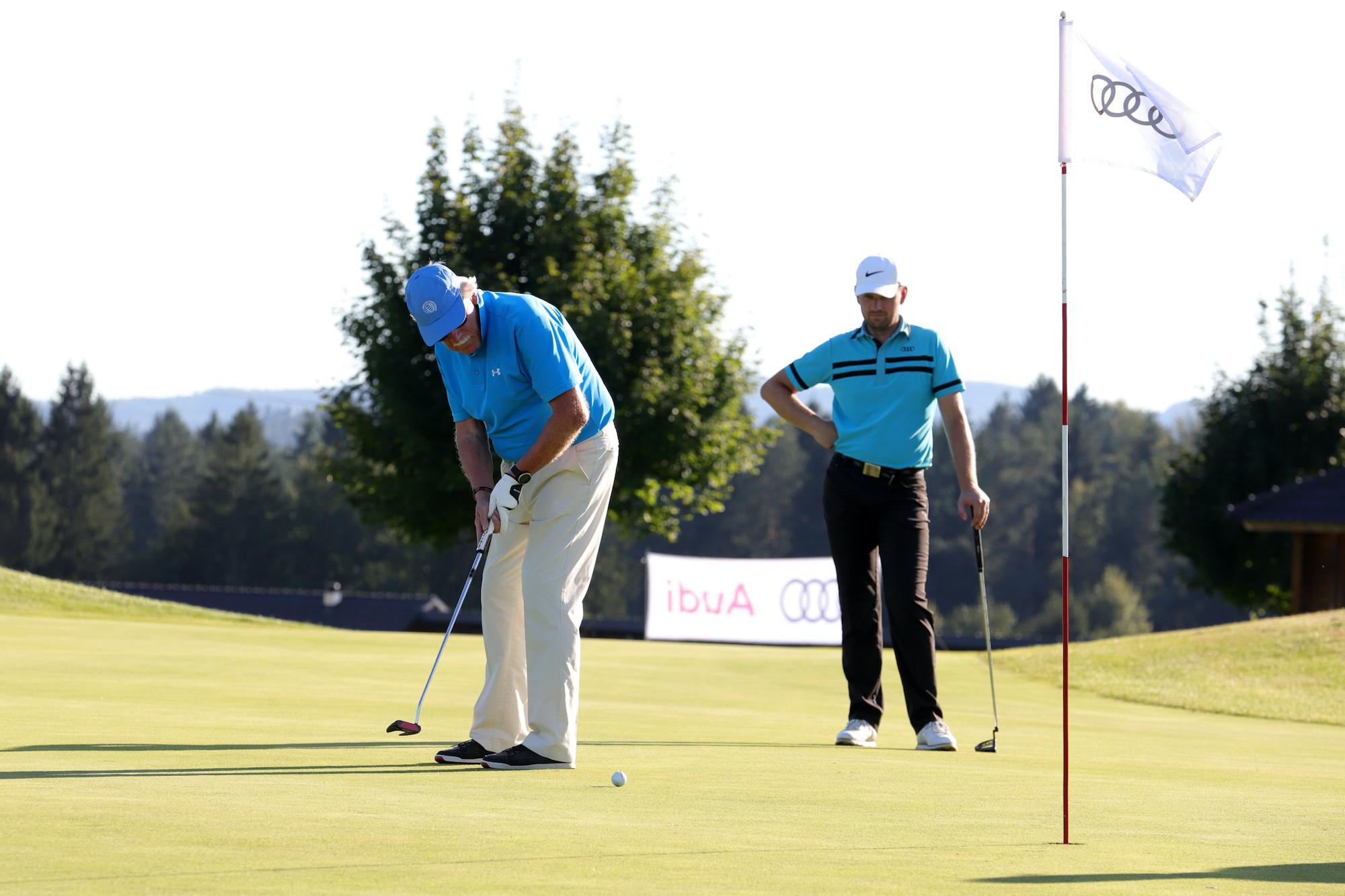 Golfist med zaključevanjem luknje. Audi golf turnir