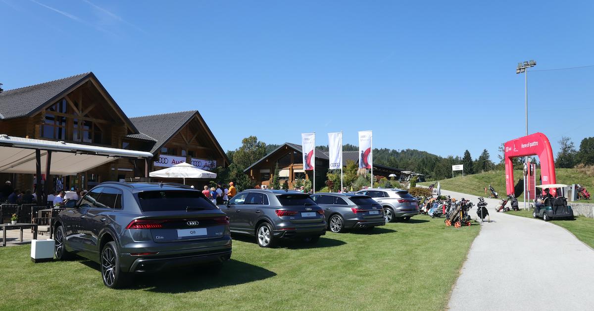 Vozila Audi razstavljena pred klubsko hišo golf igrišča Cubo v Smledniku.