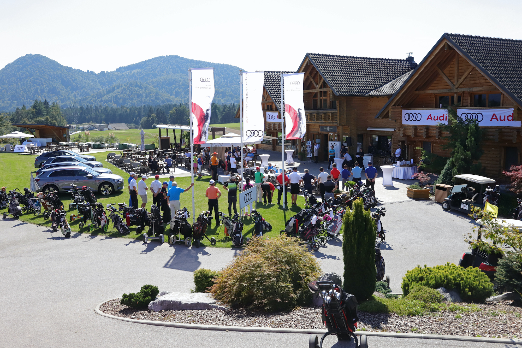 Skupina golfistov se pripravlja na začetek Audi golf turnirja.